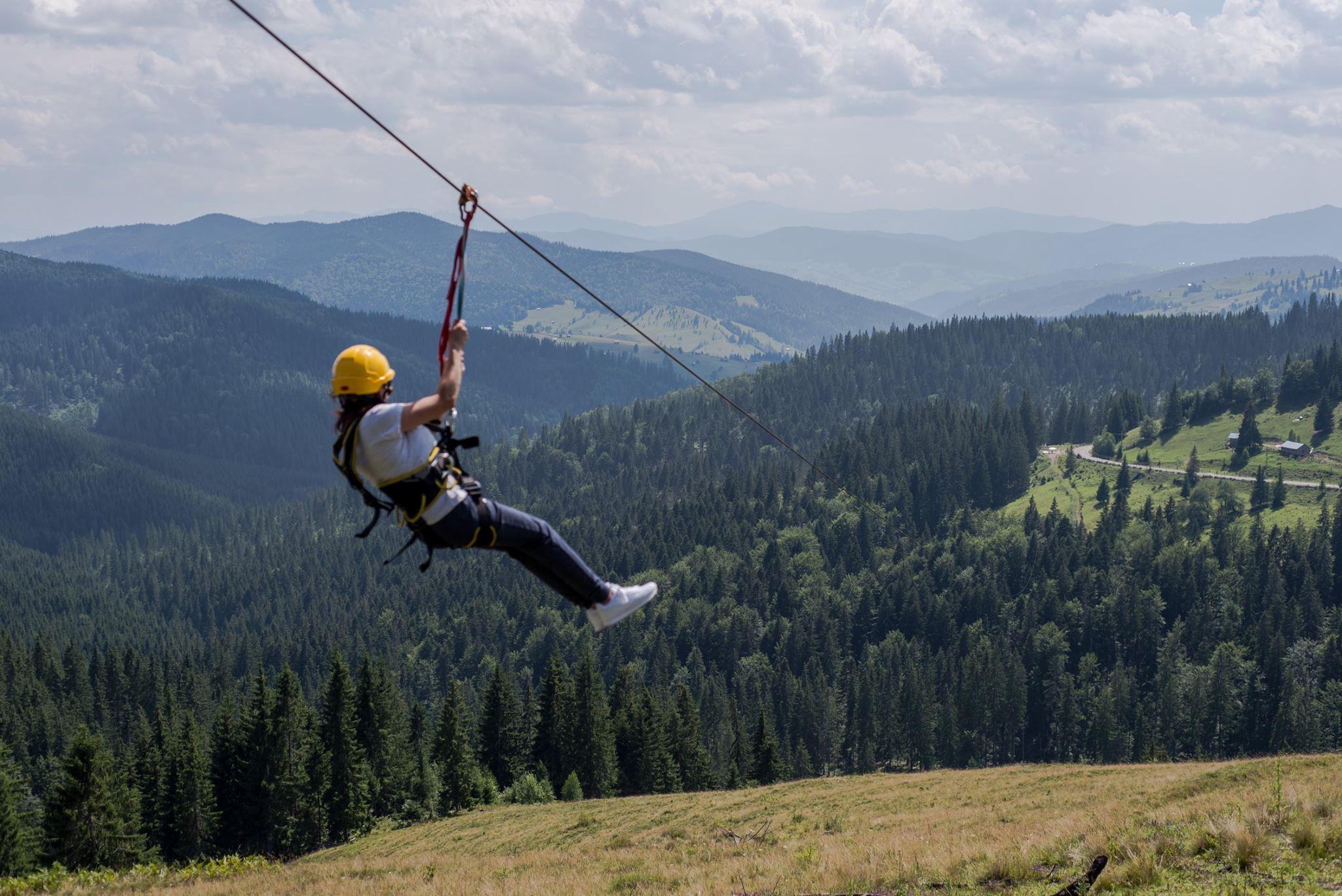 Cea mai lungă tiroliană din România, făcută în Pasul Ciumârna. Viteza atinsă e de 100 de kilometri/oră